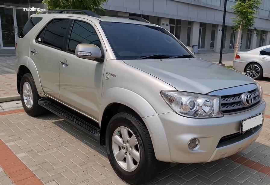 gambar ini menunjukkan bagian depan Toyota Fortuner 2.7 G Lux 2009