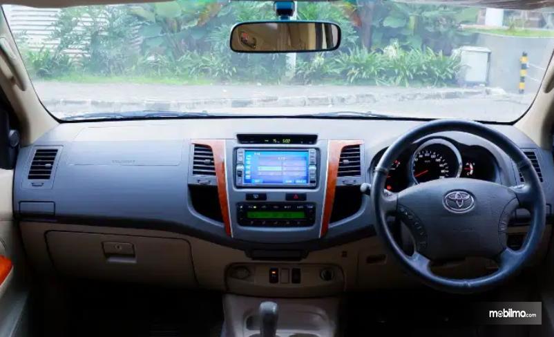 gambar ini menunjukkan head unit dan kemudi mobil Toyota Fortuner 2.7 G Lux 2009
