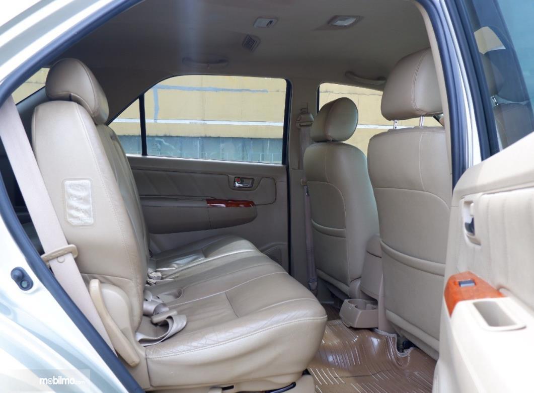 Gambar ini menunjukkan jok belakang mobil Toyota Fortuner 2.7 G Lux 2009