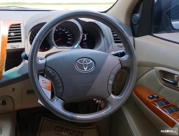 Gambar ini menunjukkan kemudi mobil Toyota Fortuner 2.7 G Lux 2009