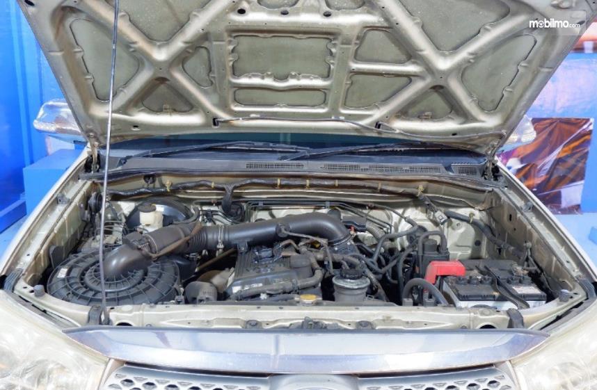 Gambar ini menunjukkan mesin mobil Toyota Fortuner 2.7 G Lux 2009