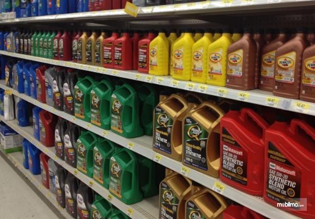 Gambar ini menunjukkan beragam jenis oli ditata berjejeran