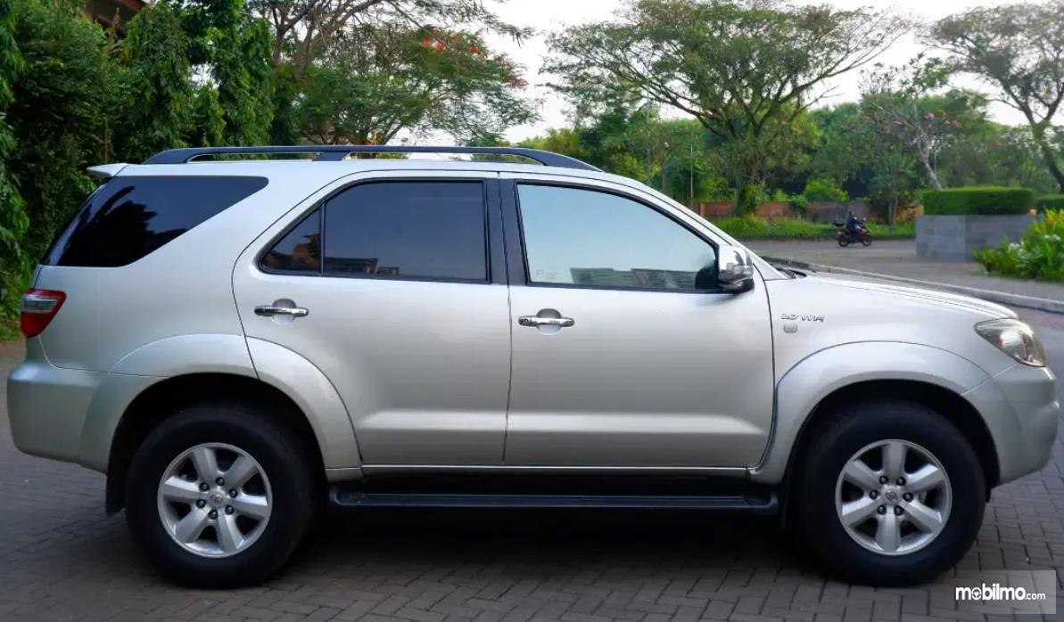 Gambar ini menunjukkan sisi samping Toyota Fortuner 2.7 G Lux 2009