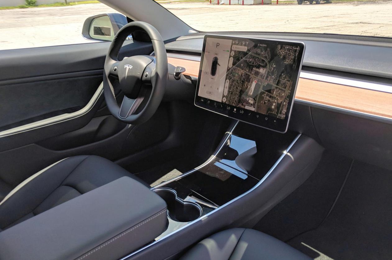 gambar ini menunjukkan Interior Tesla Model 3
