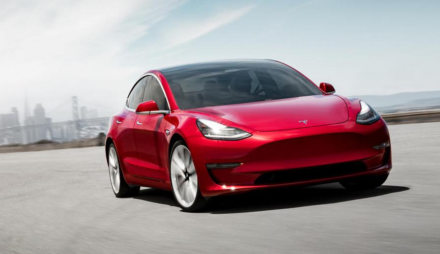 Gambar ini menunjukkan mobil Tesla Model 3 merah