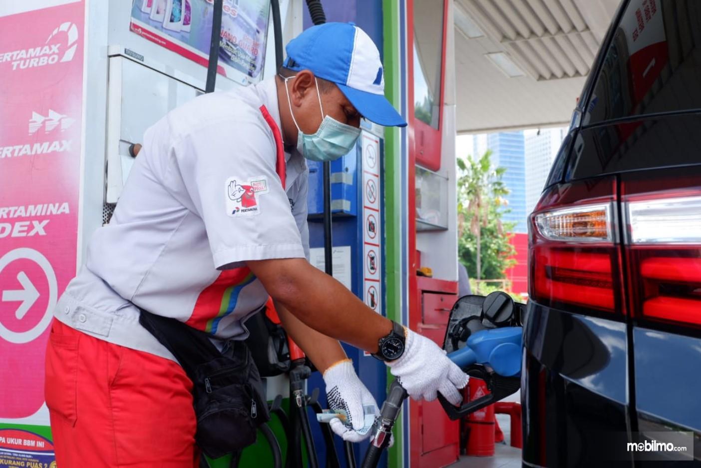Foto menunjukkan Mobil Mengisi BBM di SPBU Pertamina