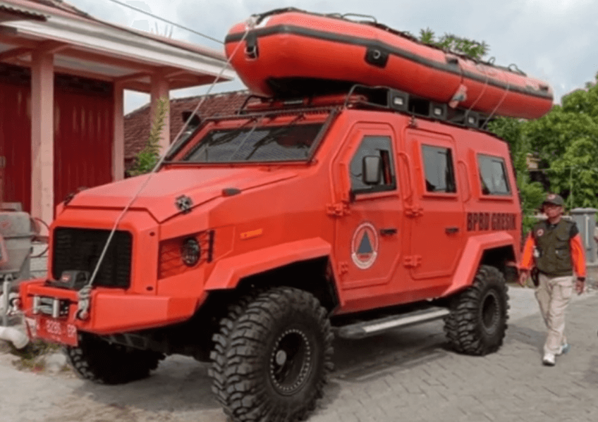 Gambar ini menunjukkan mobil Amfibi milik BPBD Gresik