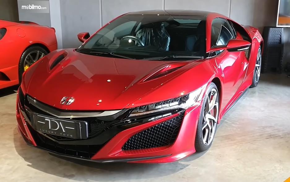 Gambar ini menunjukkan Honda NSX Indonesia warna merah tampak depan