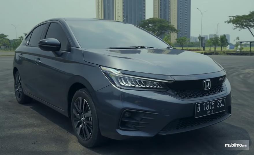 Gambar ini menunjukkan mobil Honda City hatchback RS tampak bagian depan