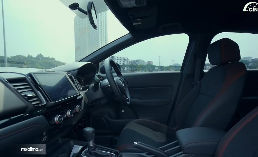 Gambar ini menunjukkan interior mobil Honda City Hatchback RS