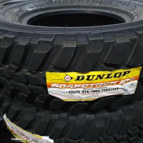 Gambar sebuah ban mobil Dunlop Ring 15