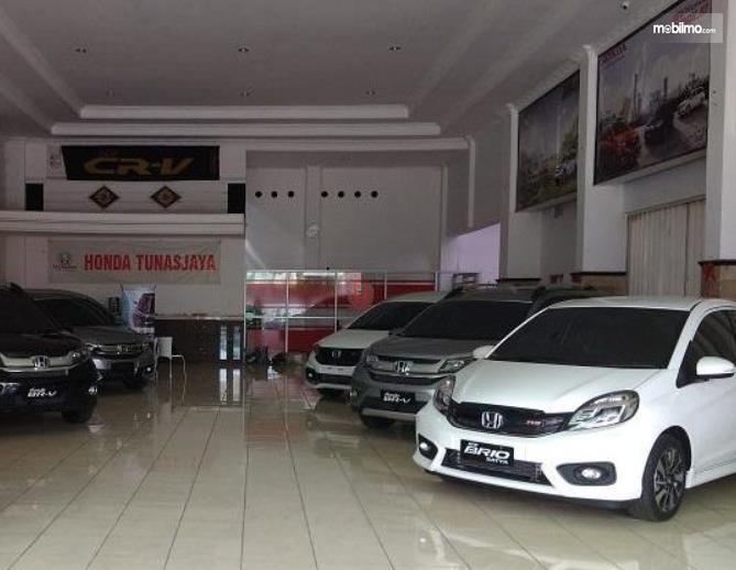 Gambar ini menunjukkan beberapa mobil Honda berada di dealer