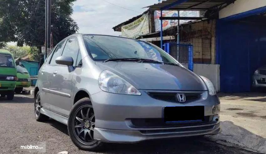Gambar ini menunjukkan sisi depan Honda Jazz VTEC 2005