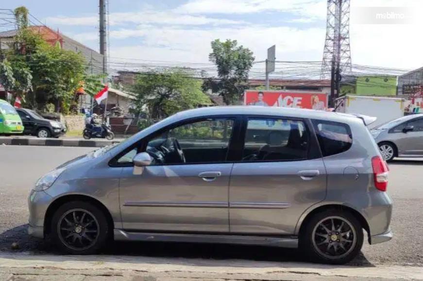 Gambar ini menunjukkan sisi samping Honda Jazz VTEC 2005
