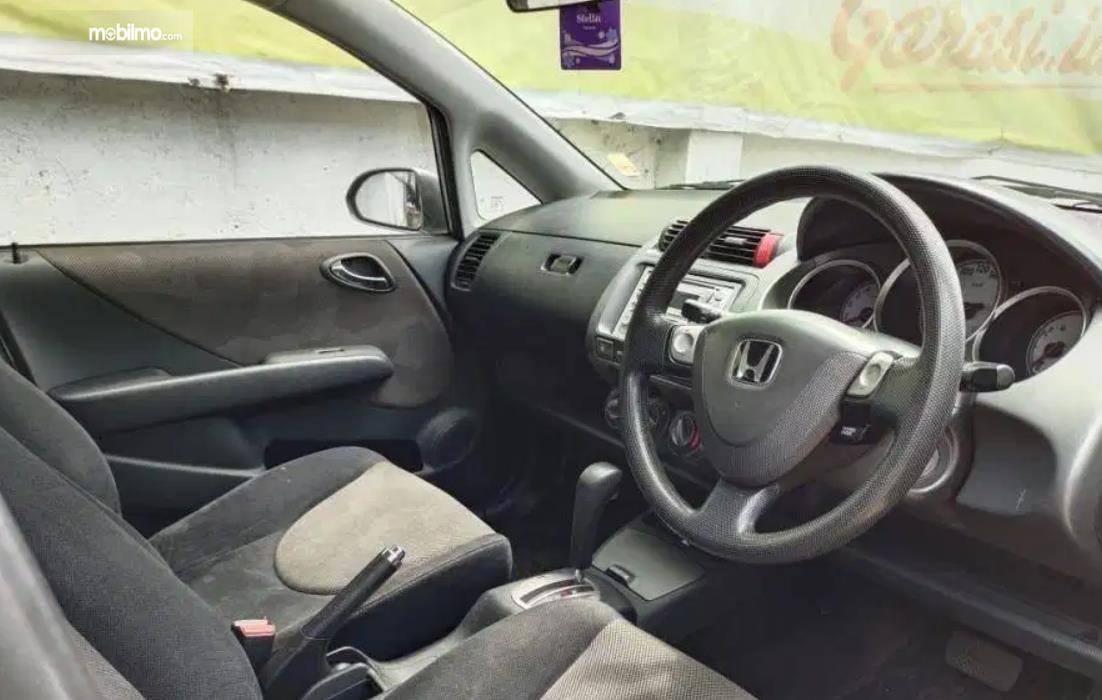 Gambar ini menunjukkan kabin depan Honda Jazz VTEC 2005