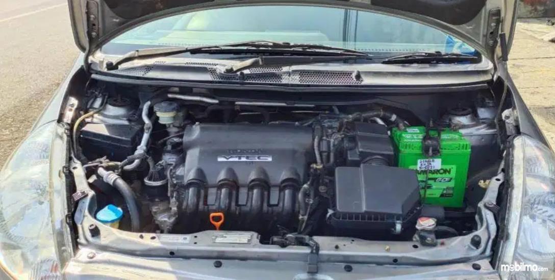 Gambar ini menunjukkan mesin mobil Honda Jazz VTEC 2005
