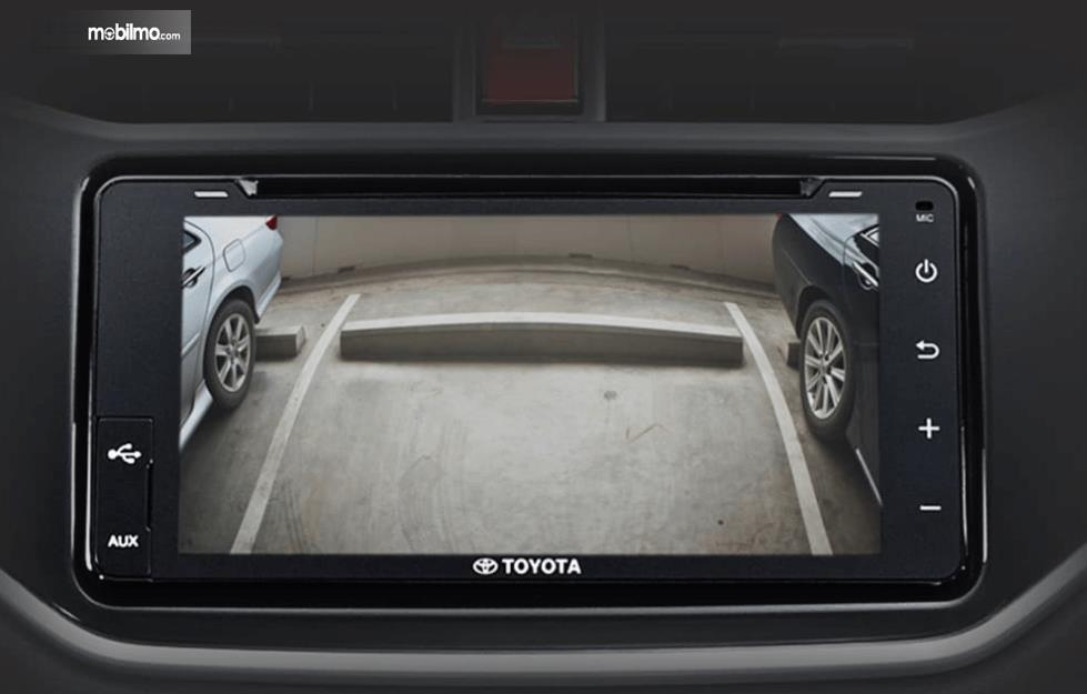Gambar ini menunjukkan fitur kamera mundur Toyota Rush GR Sport 2021