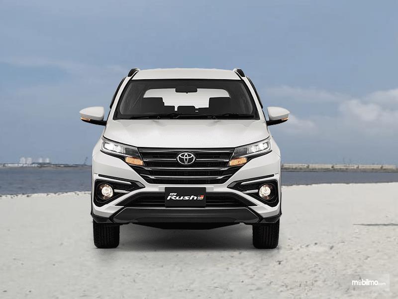 gambar ini menunjukkan bagian depan Toyota Rush GR Sport 2021