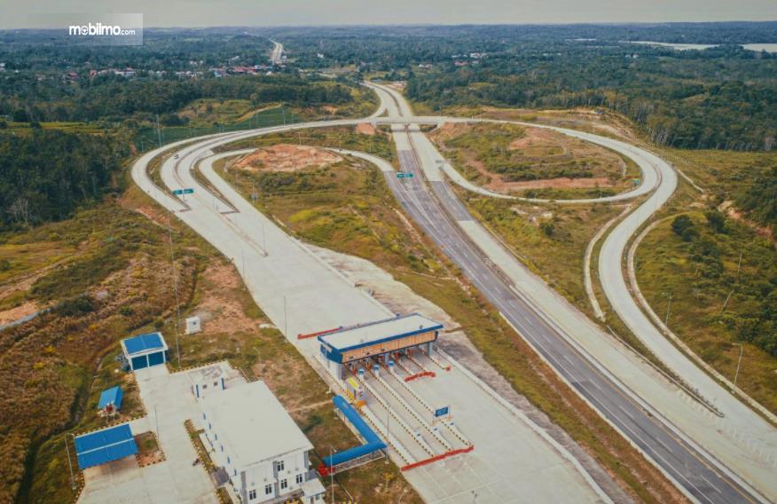 Gambar ini menunjukkan jalan tol Balikpapan-Samarinda