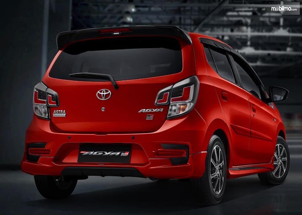 Gambar ini menunjukkan bagian belakang mobil Toyota Agya GR Sport 2021