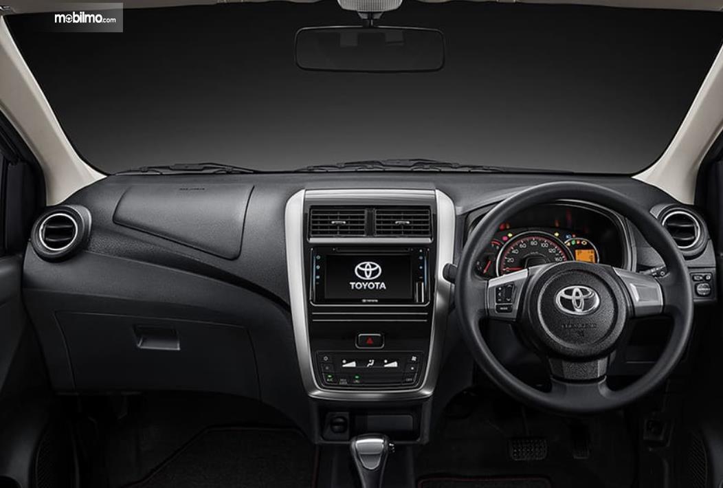 gambar ini menunjukkan dashboard dan kemudi Toyota Agya GR Sport 2021