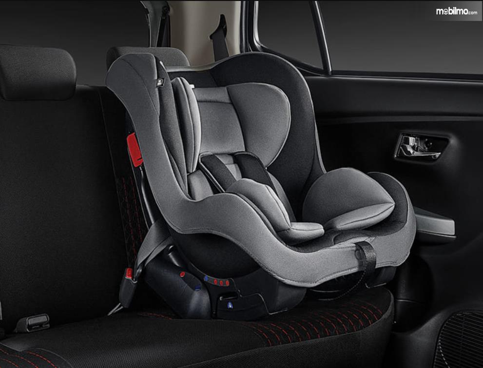 gambar ini menunjukkan baby cas seat pada jok mobil Toyota Agya GR Sport 2021