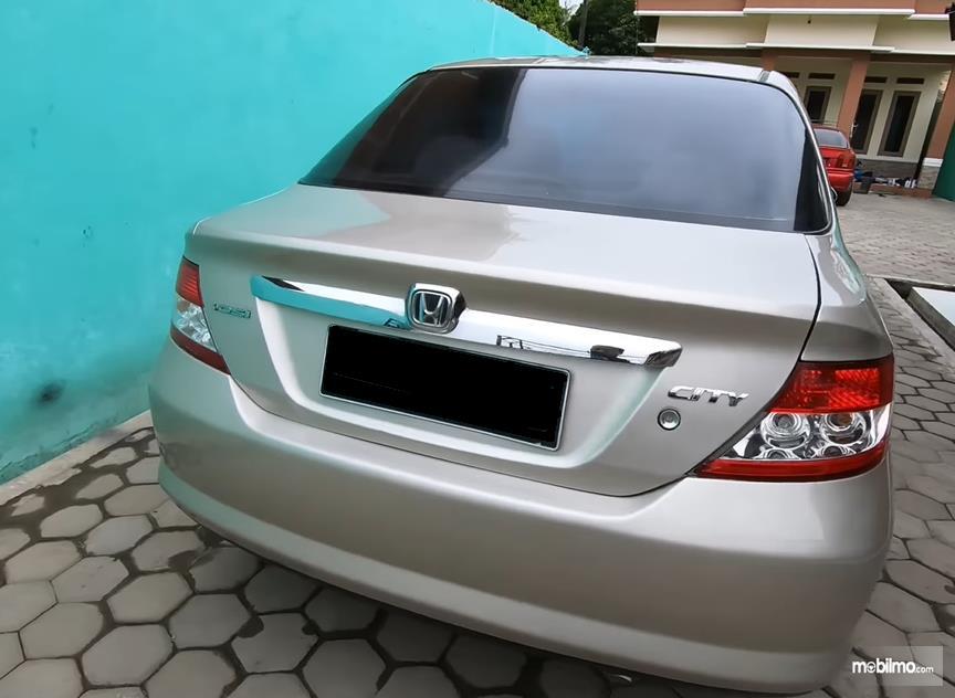 Gambar ini menunjukkan bagian belakang Honda City i-DSI 2003