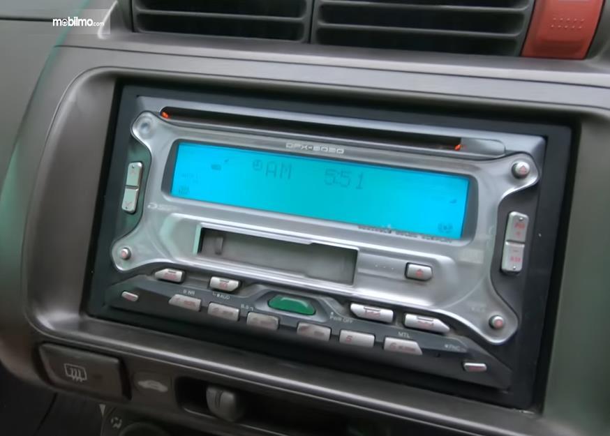 Gambar ini menunjukkan head unit Honda City i-DSI 2003