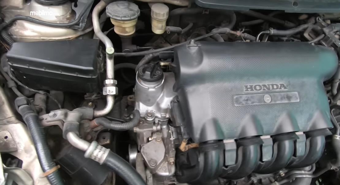 Gambar ini menunjukkan mesin pada mobil Honda City i-DSI 2003