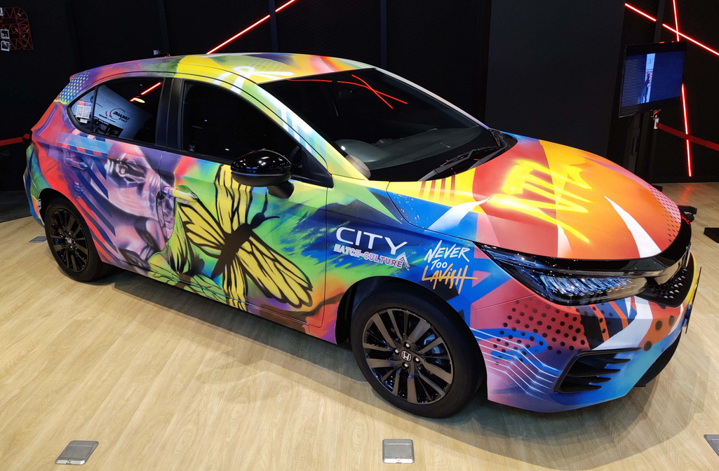 Gambar ini menunjukkan sisi samping Honda City Hatchback RS Kolaborasi