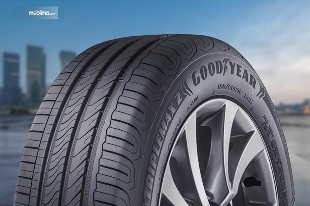 Gambar satu ban mobil Goodyear dilihat dari sisi depan