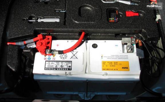 Gambar menunjukkan sebuah charger aki mobil