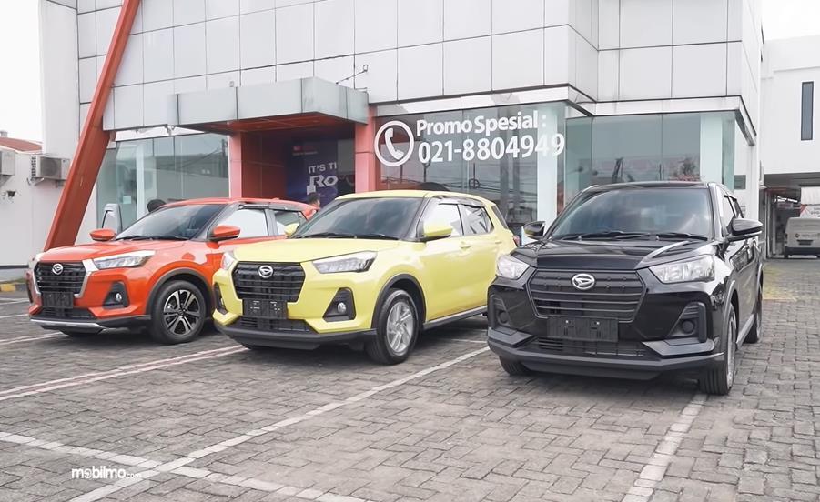 Gambar ini menunjukkan 3 mobil Daihatsu Rocky dengan varian dan warna berbeda