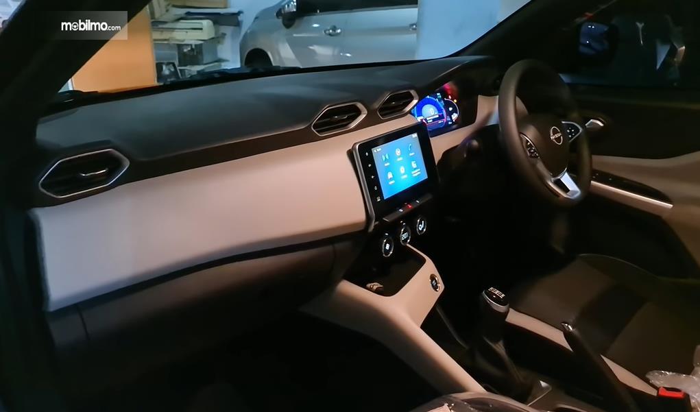 Gambar ini menunjukkan dashboard Nissan Magnite Upper MT 2021