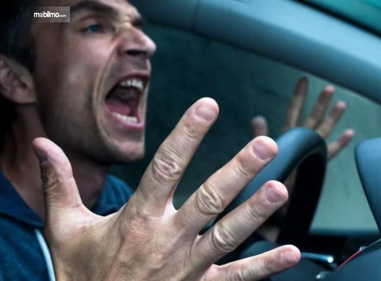 Gambar ini menunjukkan seorang pengemudi sedang marah-marah