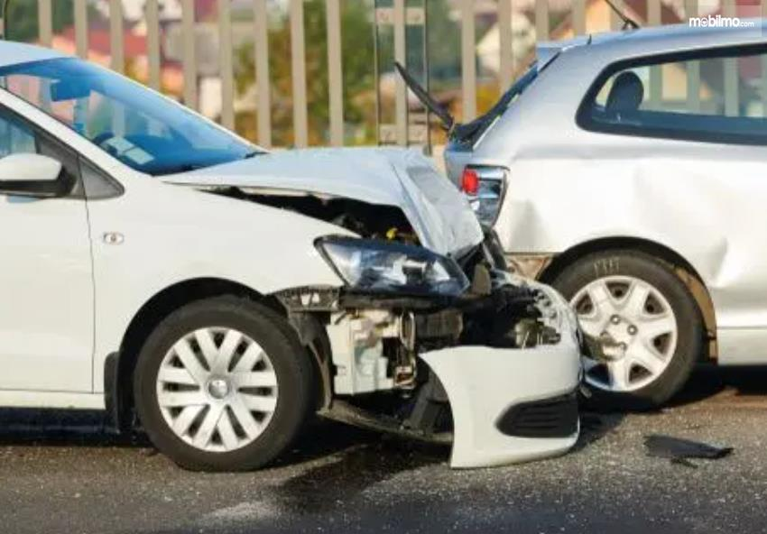 Gambar ini menunjukkan mobil dalam kondisi rusak bagian depannya