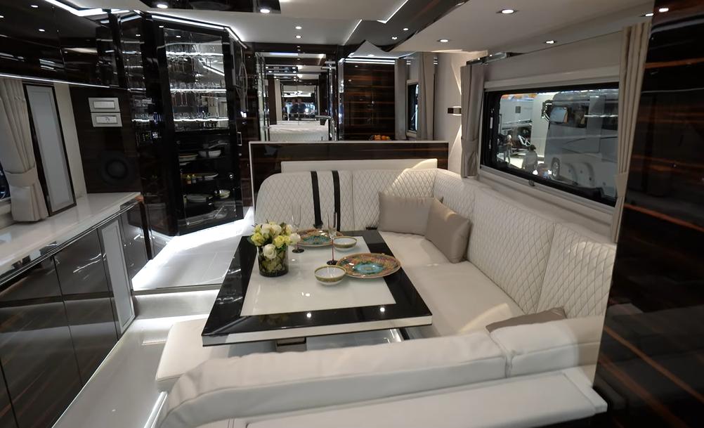 Gambar ini menunjukkan interior dari mobil Volkner Performance S