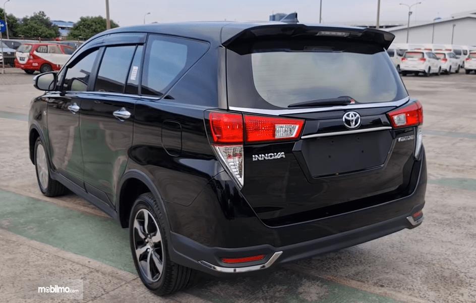Gambar ini menunjukkan bagian belakang Toyota Innova Venturer 2021