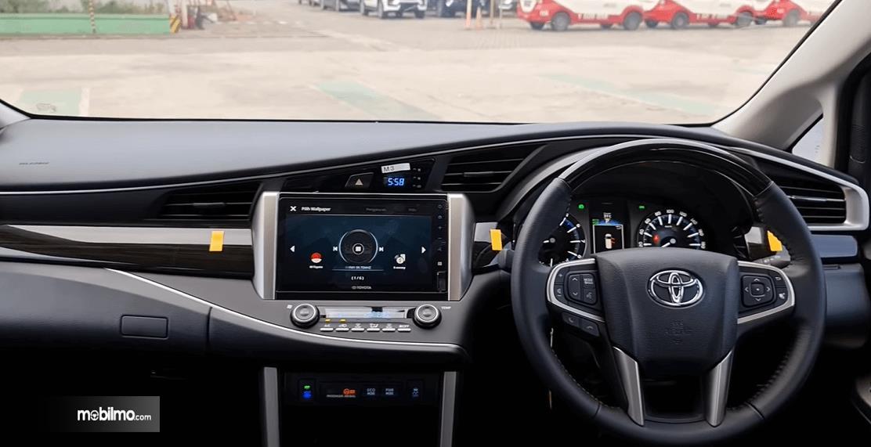 Gambar ini menunjukkan dashboard dan kemudi Toyota Innova Venturer 2021