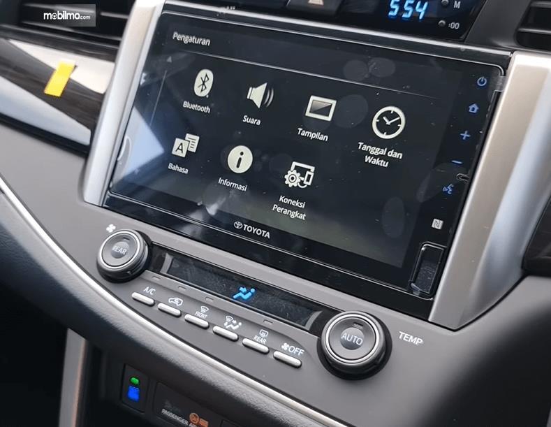 Gambar ini menunjukkan head unit Toyota Innova Venturer 2021