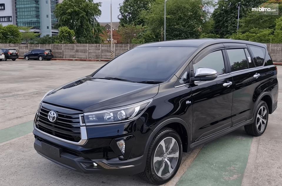 Gambar ini menunjukkan bagian samping Toyota Innova Venturer 2021