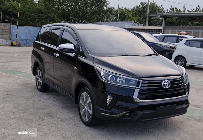 Gambar ini menunjukkan bagian depan mobil Toyota Innova Venturer 2021