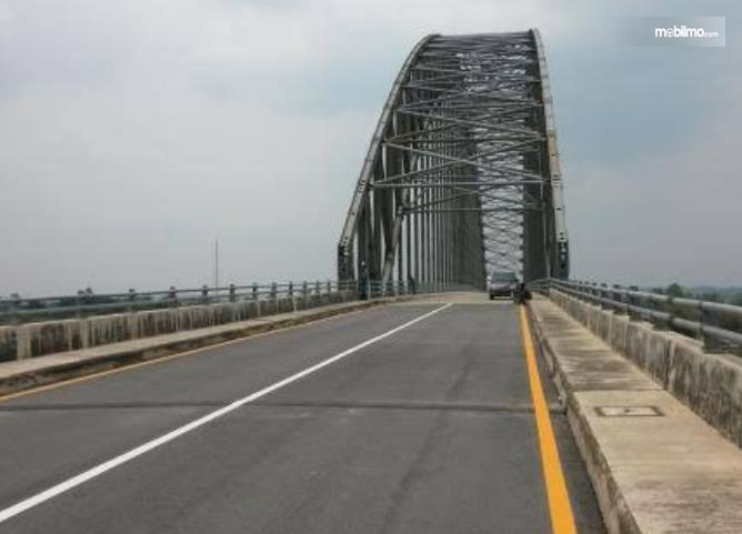 Gambar ini menunjukkan sebuah jembatan dengan garis lurus tanpa putus di tengah