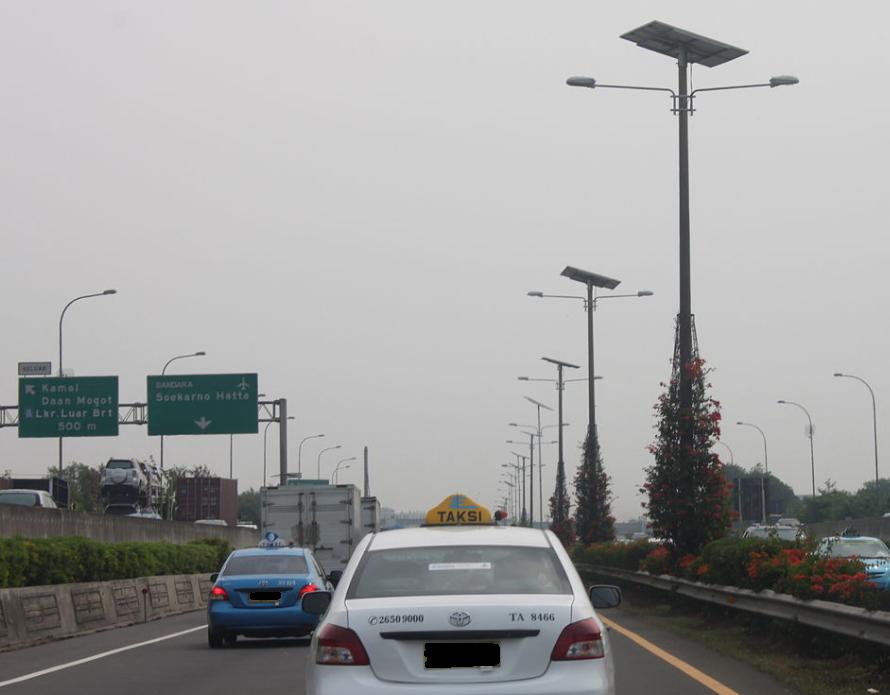 Gambar ini menunjukkan mobil di Jalan Tol Prof Dr.Ir Soedijatmo