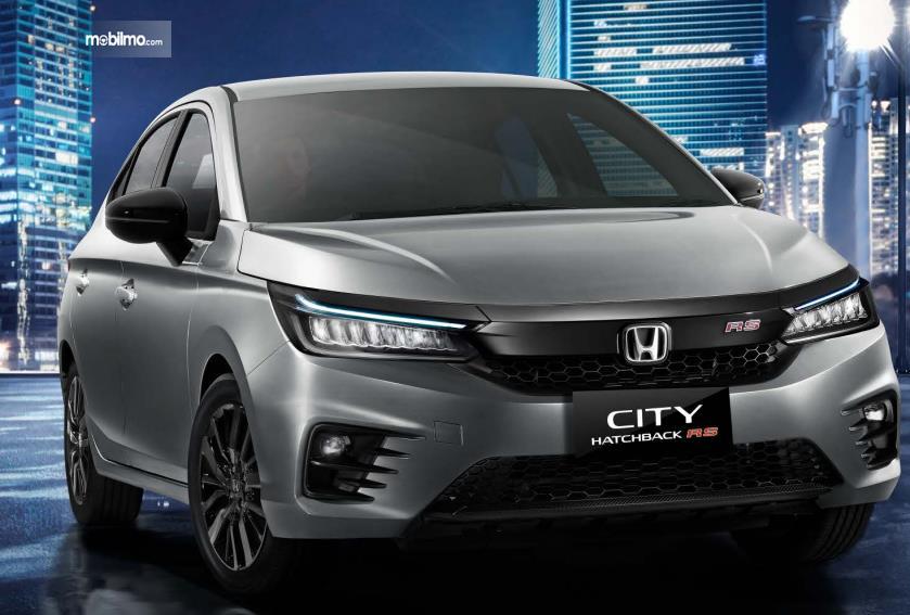 Gambar ini menunjukkan Honda City Hatchback RS tampak sisi depan