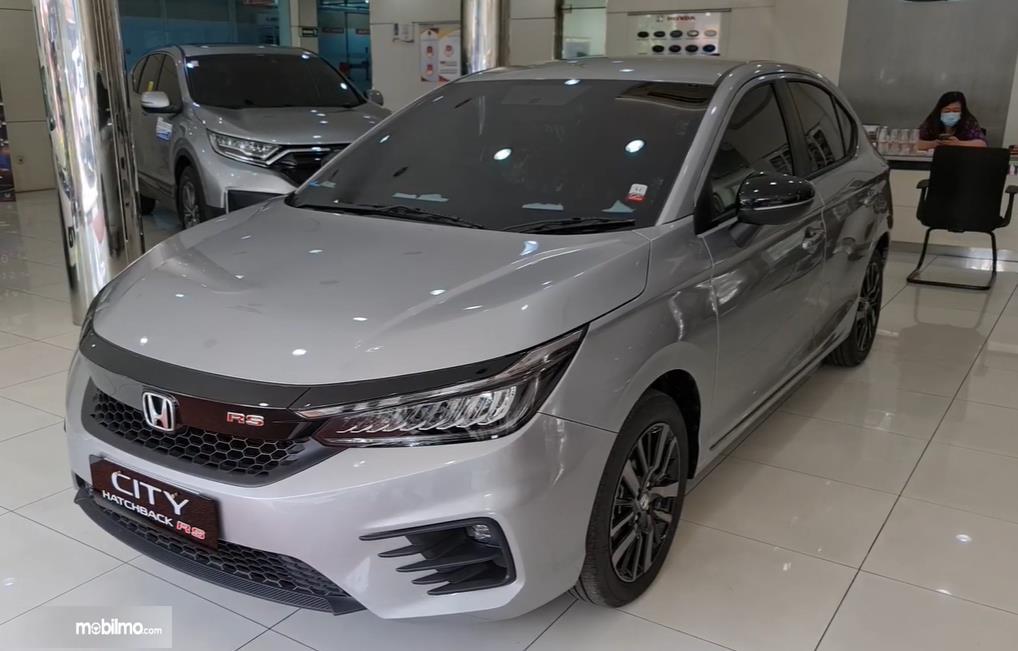 Gambar ini menunjukkan tampilan depan Honda City Hatchback RS