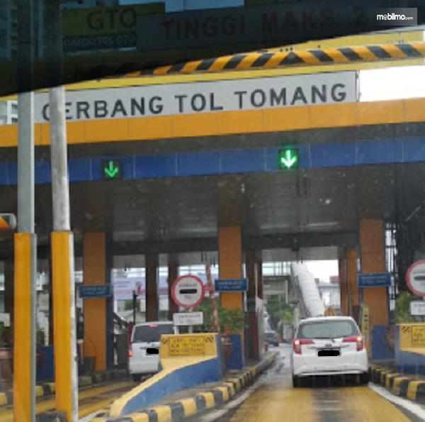 Gambar ini menunjukkan Gerbang Tol Tomang