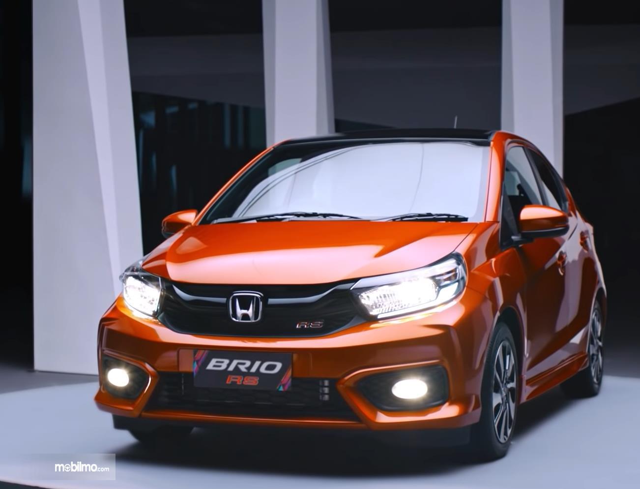 Gambar ini menunjukkan mobil Honda Brio RS tampak depan