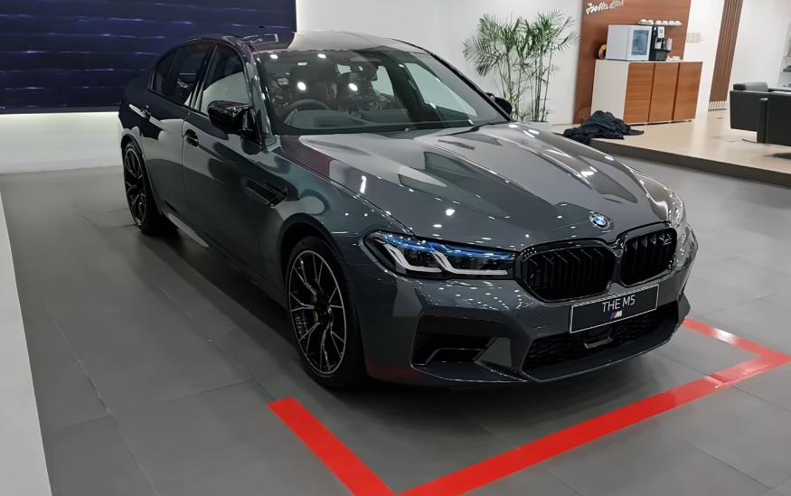 Gambar ini menunjukkan tampilan mobil BMW M5 Competition