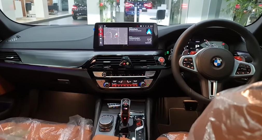 Gambar ini menunjukkan dashbard dan kemudi mobil BMW M5 Competition